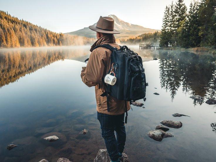 pêcheur avec un sac à dos