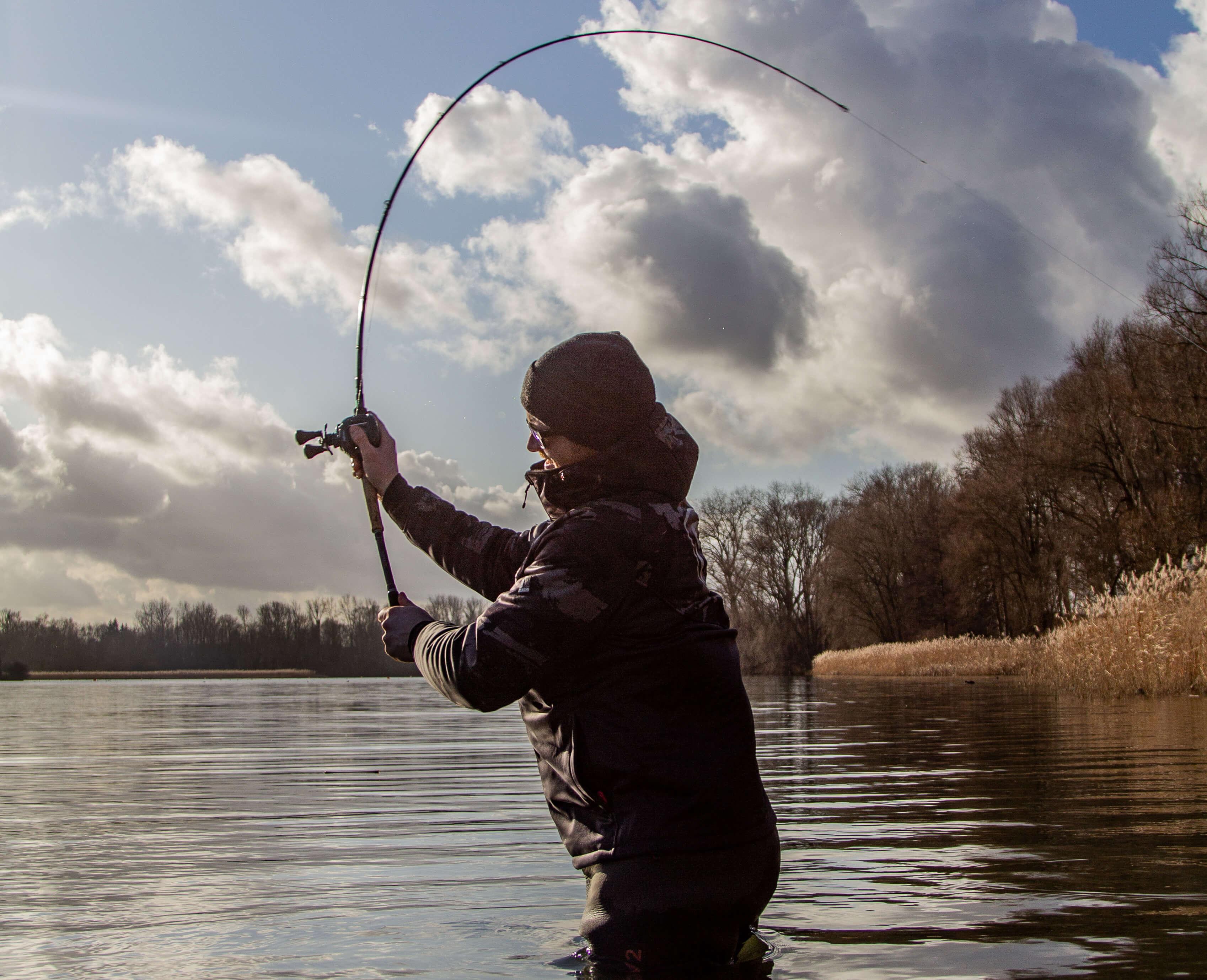 pecheur avec canne à pêche casting
